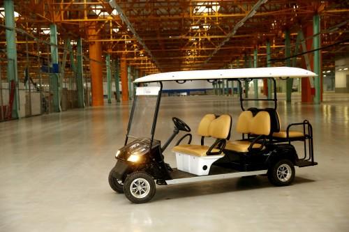 авто на электричестве, электромашина, заводской ангар, авто в ангаре, колеса, свет фар