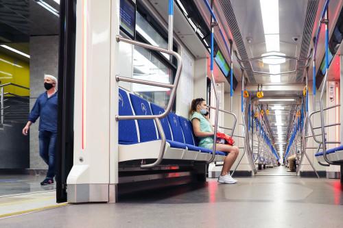 moskva-devyshka-v-metro-v-maske-covid-19-metro-nizhegorodskaya.jpg
