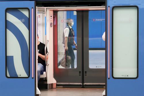 moskva-metro-mashinist-poezda-v-maske.jpg
