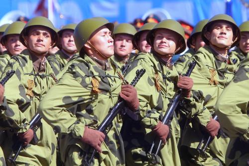 moskva-parad-pobedy-na-krachoi-ploshchadi-soldaty-vov.jpg