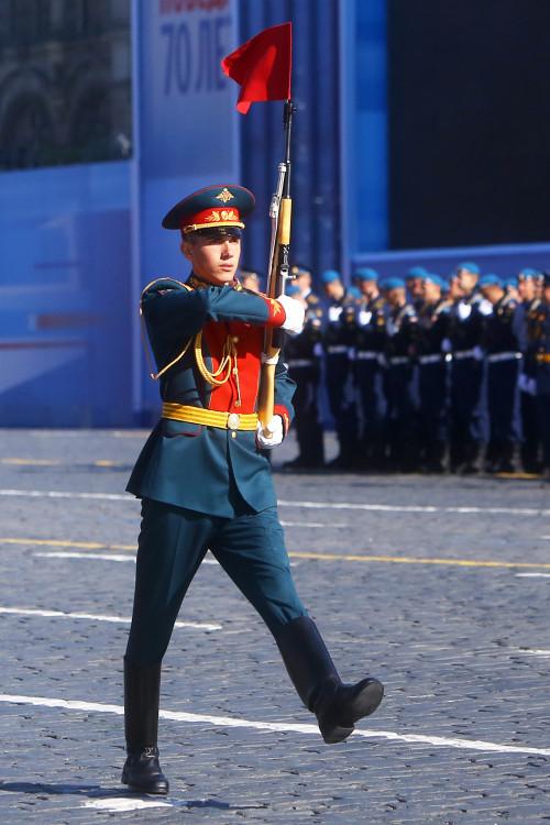 lineiniy-parad-pobedy-na-krasnoi-ploshchadi-s-karabinom.jpg