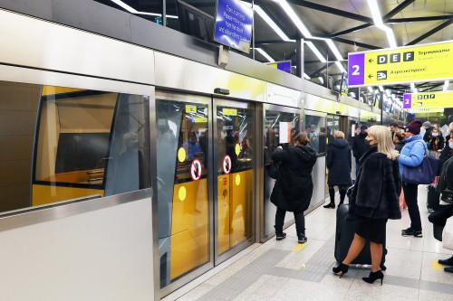 блондинка с чемоданом, аэропорт, терминал, поезд, шатл, тасс, цыганская кибитка, шаттл между терминалами, Шереметьево