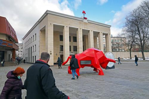 красный бык, бык, метро, спортивная, люди у метро