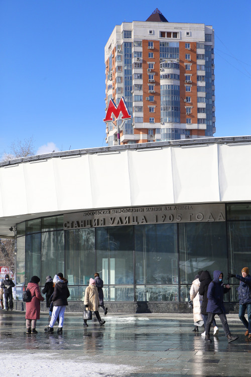многоэтажный дом, люди у метро