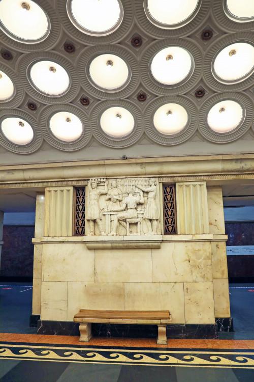 Фото: Станислав Тихомиров, греческие волны, мрамор, девушки, станция, метро, метрополитен, потолок, лампы, свет, скамейка