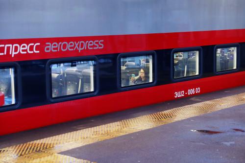 аэропорт, шереметьево, поезд, ржд, состав, aeroexpress, девушка, девушка в окне, девушка с телефоном, очки, мобильный, очки, окно, девушка в очках