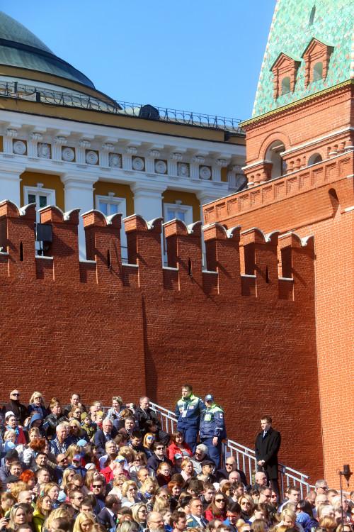 photo-kremlevskaya-stena-moskva-zriteli-parada-podedy.jpg