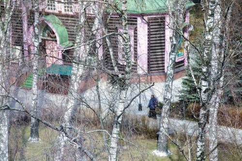 Троицкий храм Люберцы Урицкого д.1 . Гнездо для вороненка и послушник, идущий вдоль храма.